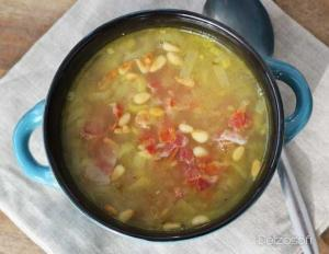 Soupe de poireau à la pancetta et aux pignons